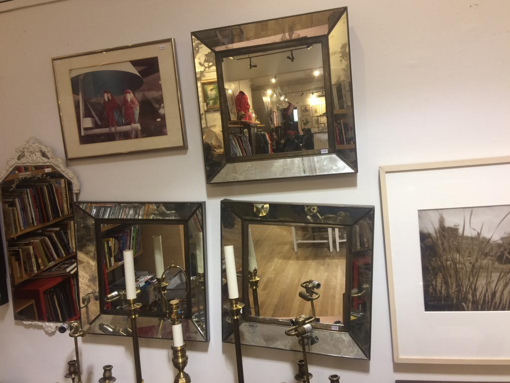 Blijft mooi die oude, verweerde spiegels. Jammer dat het er geen vier zijn.