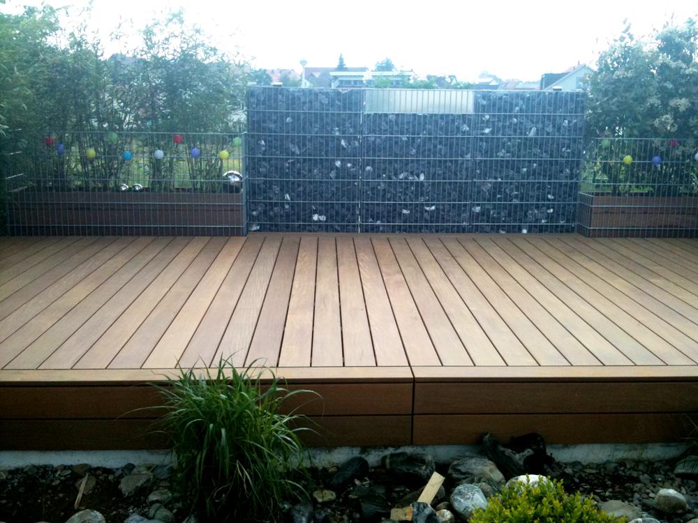 Terrasse mit Pflanzgefässen