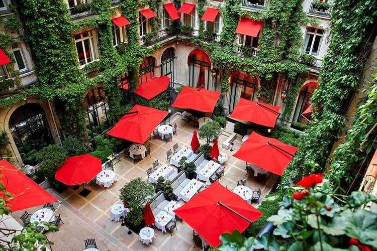 Hotel-Plaza-Athenee-la-cour-jardin.jpg