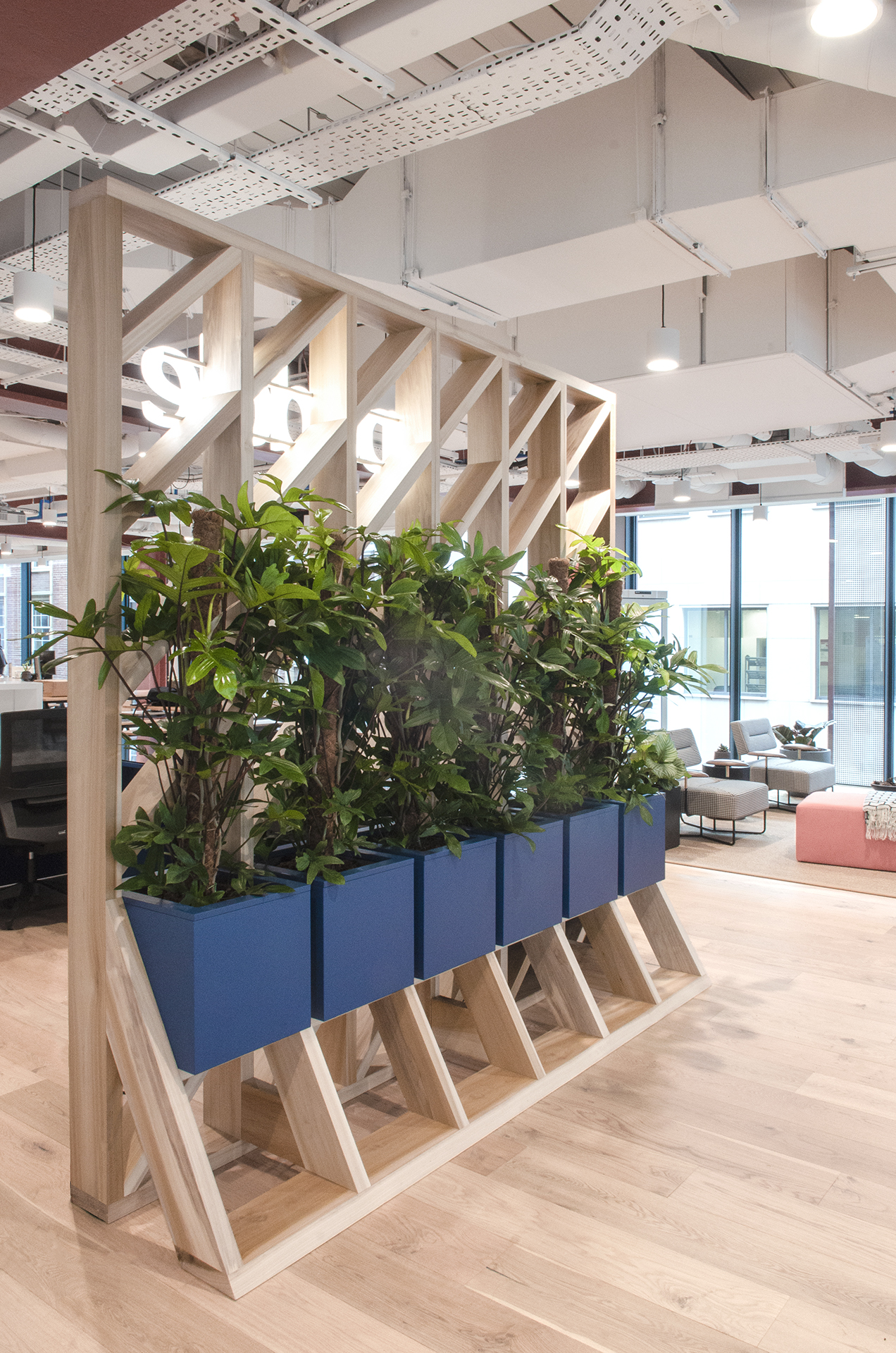 Tulip wood screen with suspended planters