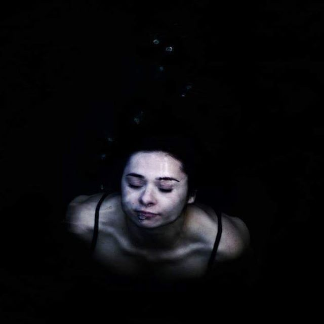 Lugares para quedarse en lo profundo. . . . #somewheremagazine #urbandecay #deepness #darkbeautymagazine #visualpoetry #womanportrait #portrait_mood #apricotmagazine #lakes