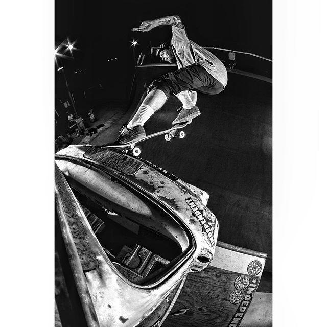 #Fbf - K grind tailgrab fakie on the car frame in Ramona 🚗 - 📷 @shamando 💫🤝👊🏼 . . . . #skateboardingisfun #vertskateboarding #monochromephotography #blackandwhite #picoftheday #picture #pictureoftheday