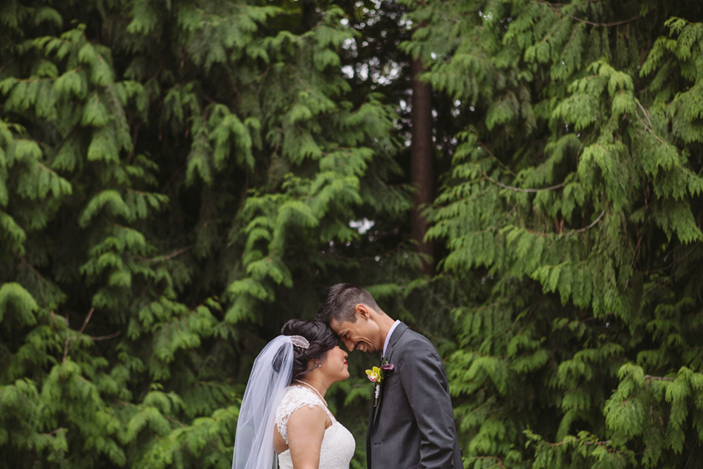 Vancouver wedding photos: Bride and groom in a park
