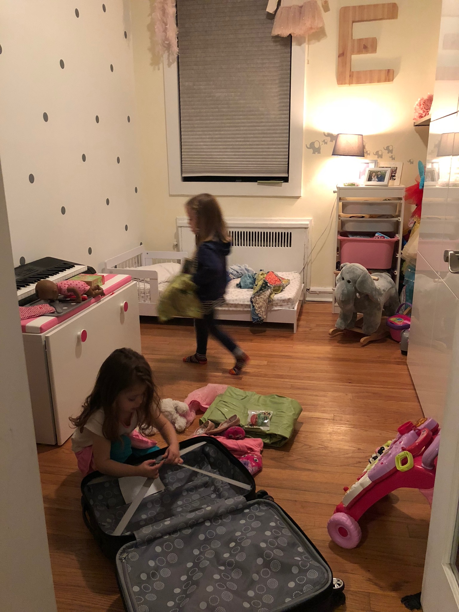 For Lucie's birthday last year, Richard, Jessa and Elle gave Lucie a sleeping bag with a note inviting her to bring it to sleepover for a whole weekend!!! So we set the date for a fun weekend in November. This is a pic of Elle helping Lucie unpack.