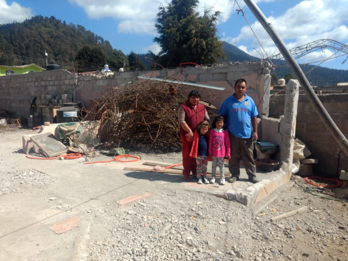 Familia Salazar y vivienda en proceso de reconstrucción.