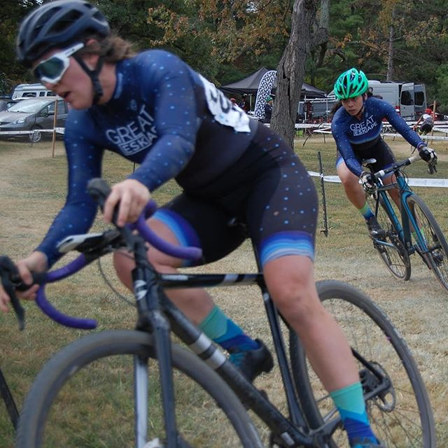 @edgi3 and @kcrobers putting in the work at @charmcitycx. 🚴♀️💨#charmcitycx . . . @contesbikeshop @reckless_ales @handupgloves @zekescoffeedc @highway_two @endlessbikeco