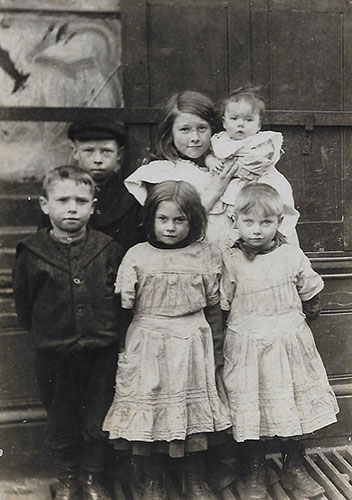 Children of William Vince & Elizabeth Thomas. Charlie is the boy in the back with the cap. It's the only photo of Charlie I've got. circa 1908