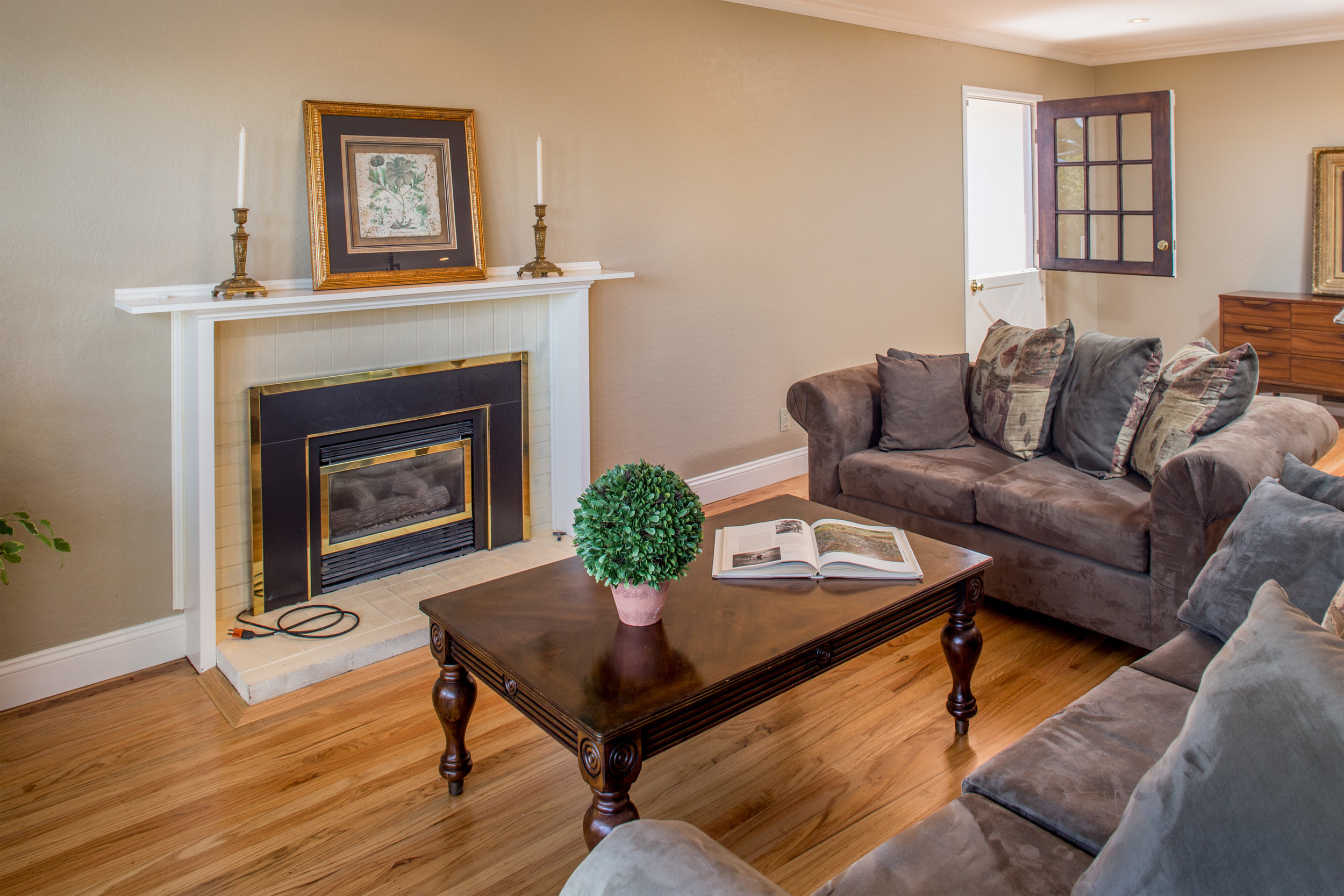 6-Fireplace with gas insert.jpg