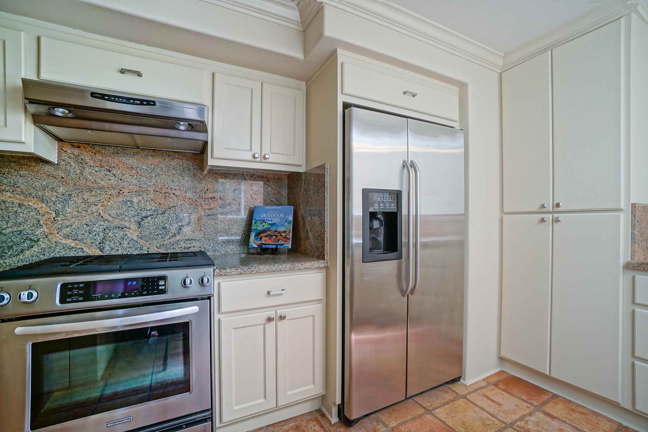 14 kitchen 4.jpg