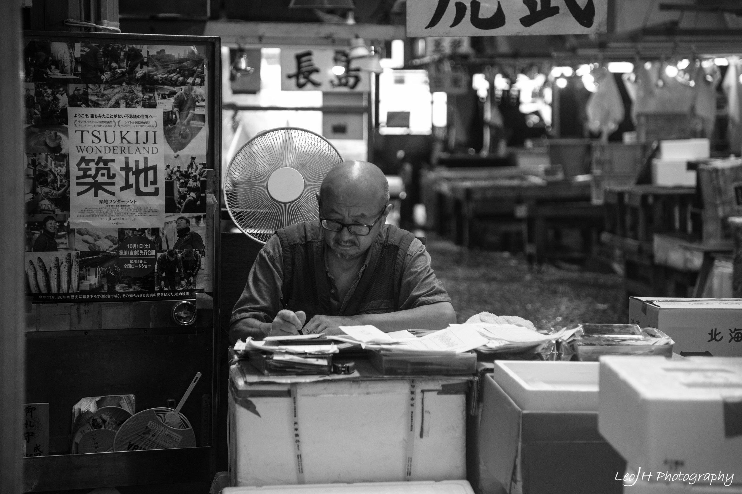 Daily lives of Tsukiji Market sellers: doing accounts