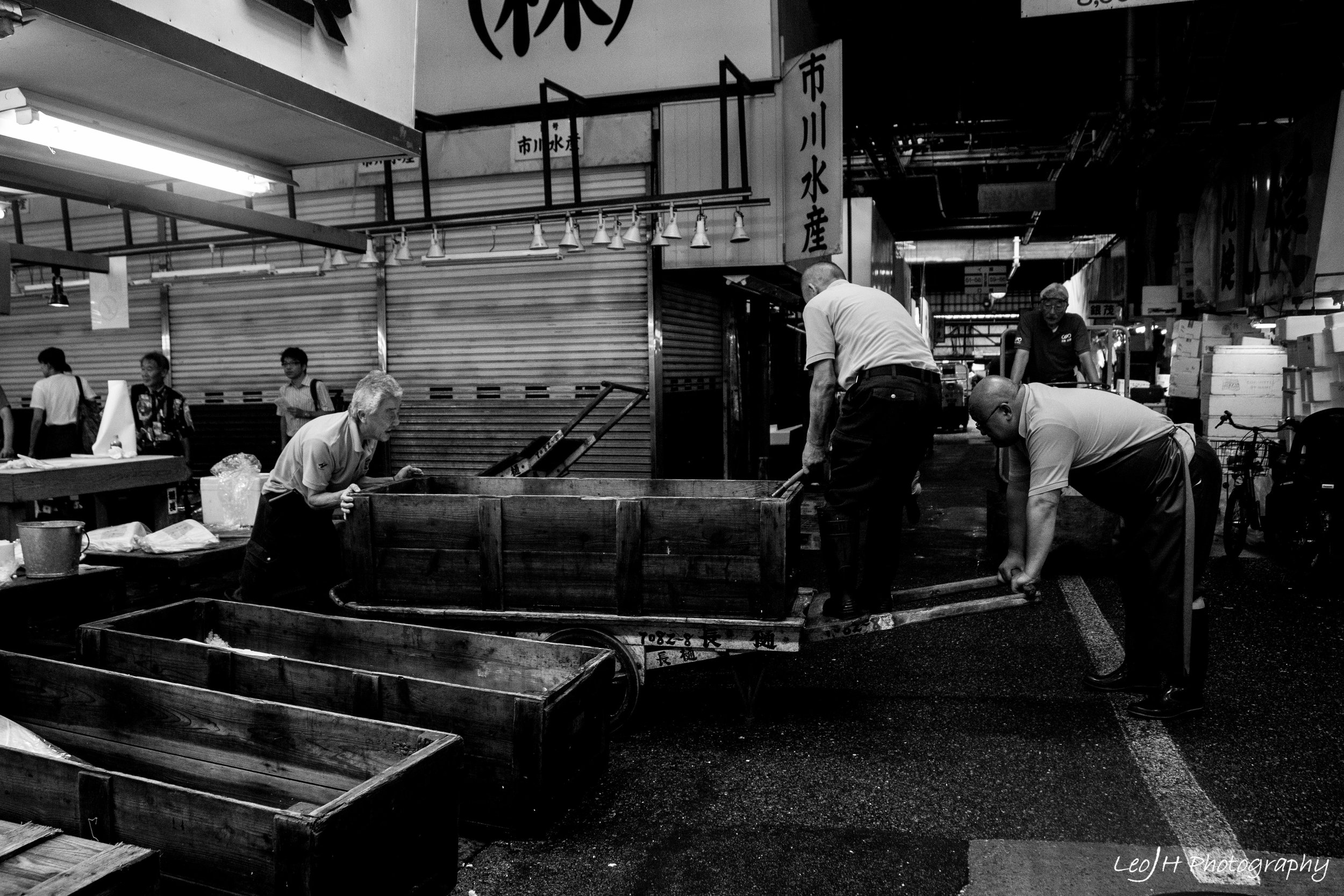 Daily lives of Tsukiji Market sellers: moving huge empty containers