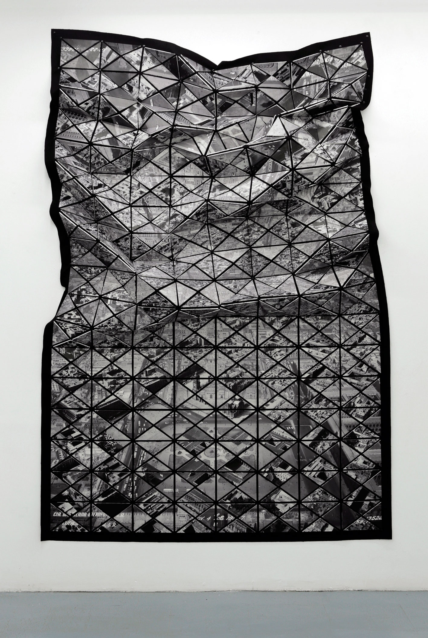 Quirarte + Ornelas  Estructura poligonal - Zócalo , 2016. Imagen de archivo en papel fotográfico, trovicel y paño, 236.5 x 143 cm.