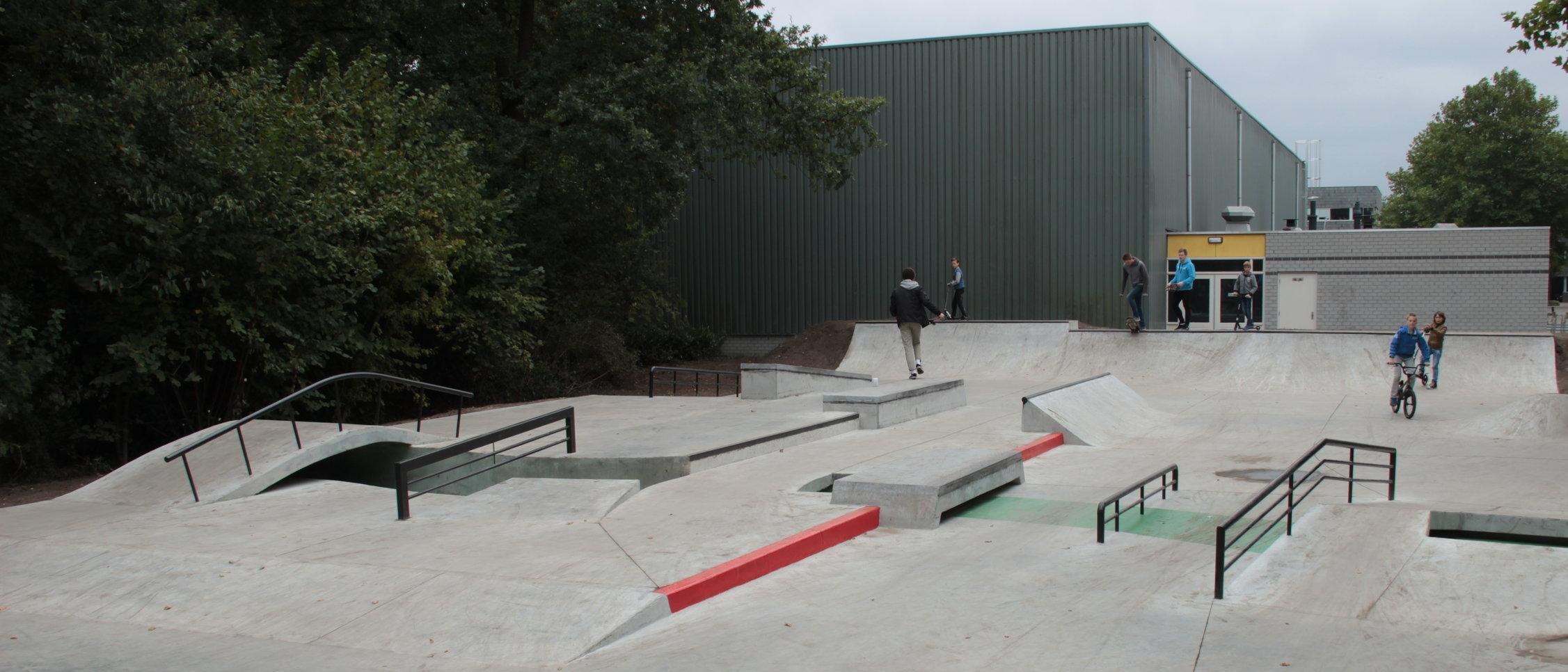 Skatepark Nunspeet:een landschap van beton obstakels.