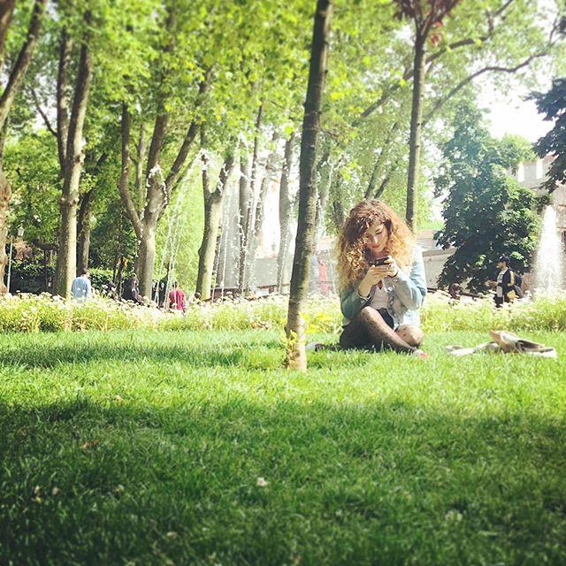 Parka bedenim gitmiş ama beynim telefonun içine sıkışmış. Umarım burnumdan biraz oksijen gözümden de biraz huzur girmiştir. Aksi taktirde geriye sadece karıncalar kalıyor.🤣 . Beni bu acı gerçekle yüzleştiren 📸@bilalbagci #istanbul #green #greenyellow #yeşilalan #park #urbanforest