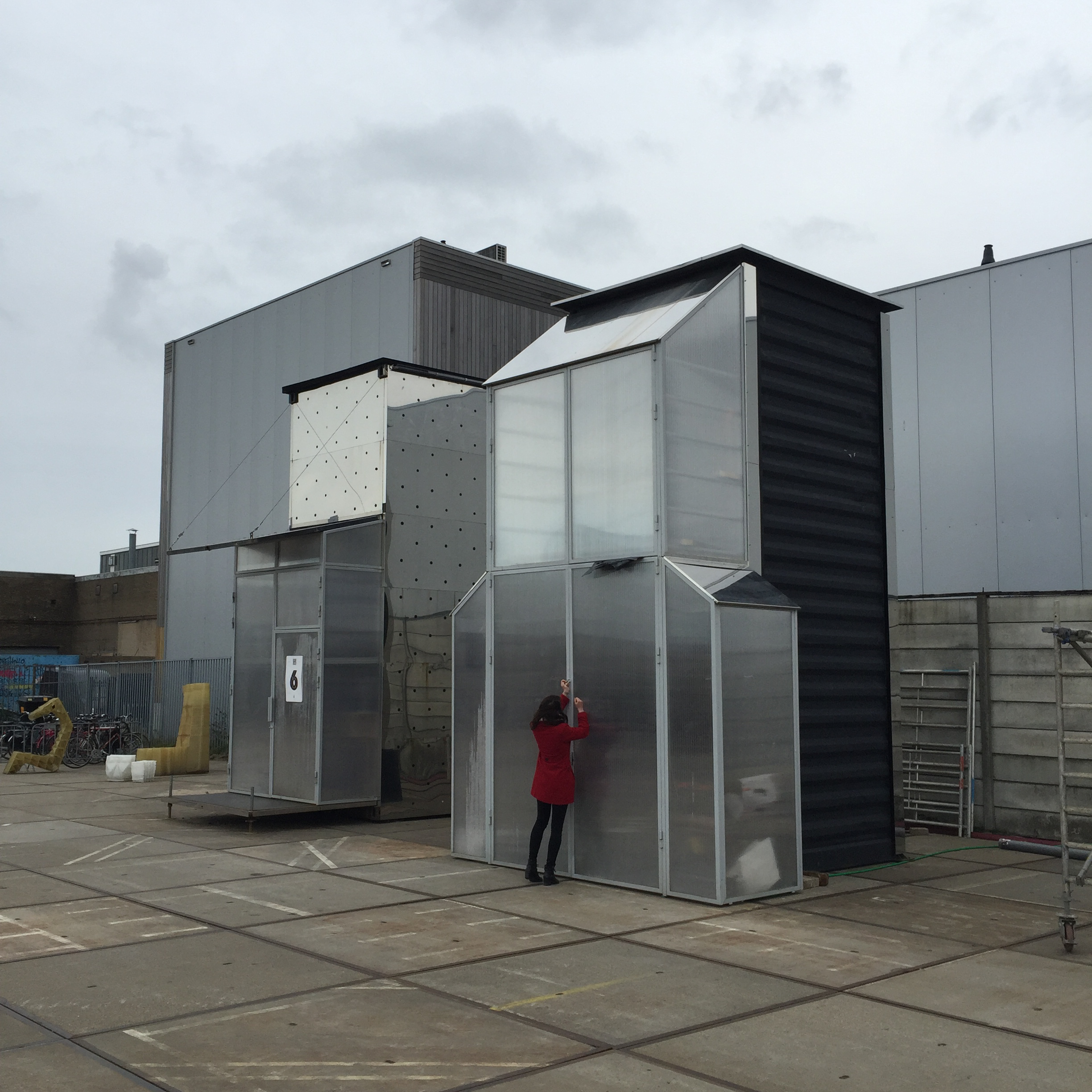 When the optimal design is found, it's sent to the KamerMaker to be 3D printed in actual size. The remotely controlled KamerMaker is working 24/7 inside a shipping container. Visitors are invited to witness the house coming into being part by part.