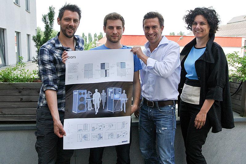 Siegerfoto: Peter Schreckensberger (UnitedDesignPartner), Stefan Pichler, Geri Kozbach-Tsai (Vienna Bar Community), Prof. Sigrid Brell-Cokcan