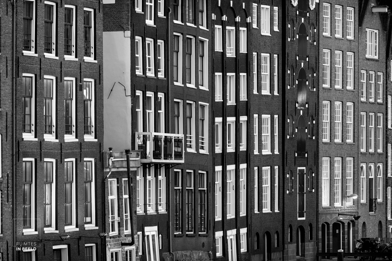 Herenhuizen in Amsterdam, in zwart wit | Quaint houses in Amsterdam, Netherlands, in black and white