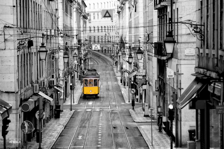 Gele tram in Lissabon, Portugal, in de vroege ochtend | Yellow tram 28 in Lisbon, Portugal, in the very early morning