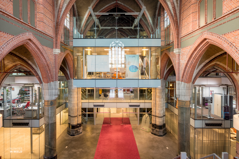 Kantoren in de gerenoveerde Annakerk in Breda, waardoor de ruimte is hergebruikt| Offices newly build in renovated church in Breda, Netherlands