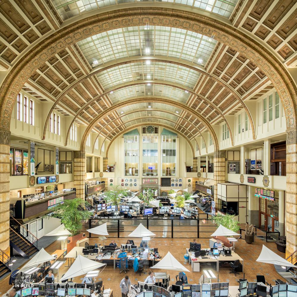 Interieur van de Amsterdamse effectenbeurs op het Damrak   Interior of Amsterdam Stock Exchange