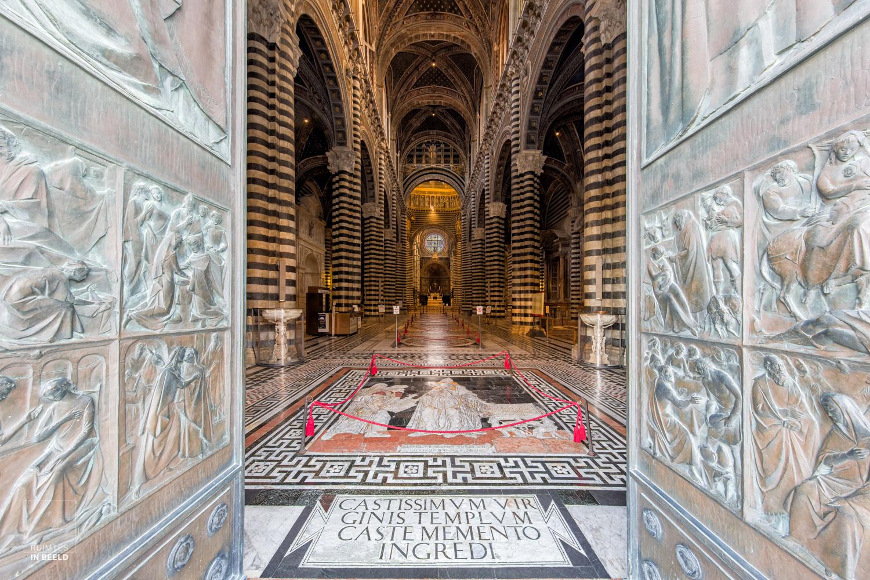 Perfect symmetrisch beeld van de kathedraal van Siena, gemaakt met de Canon EOS 5Ds