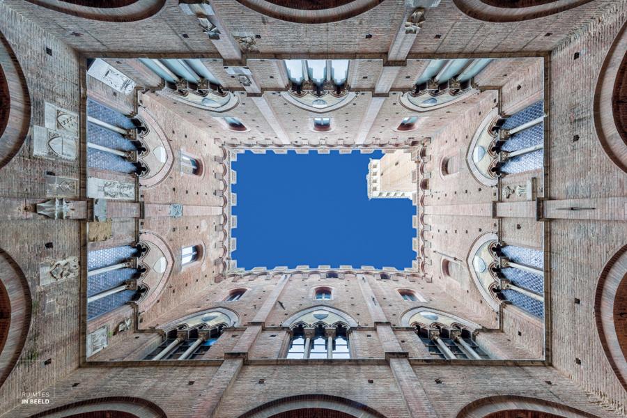 Gemeentehuis in Siena, Toscane, Italië, met nog een klein stuk van de Torre del Manglia op de foto