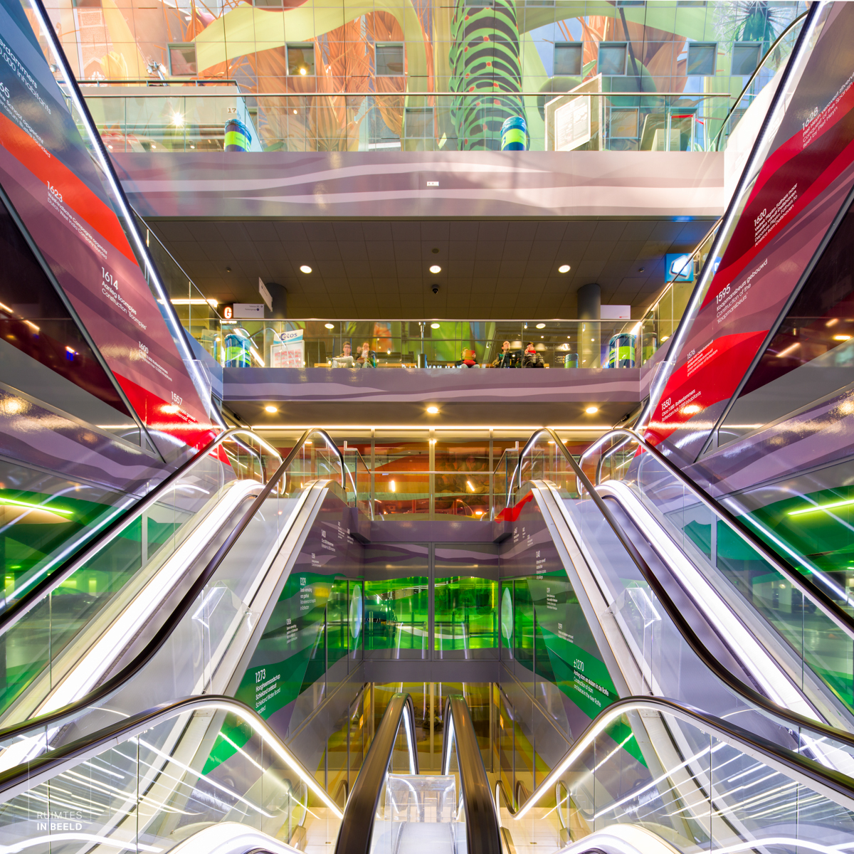 Kleurrijk en symmetrisch interieur van de Markthal in Rotterdam | Colorful and symmetrical interior of the Markthal in Rotterdam, Netherlands
