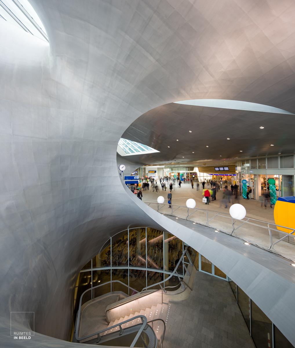 Interieur van het nieuwe Centraal Station in Arnhem   Interior of the newly build Central Station in Arnhem, Netherlands.