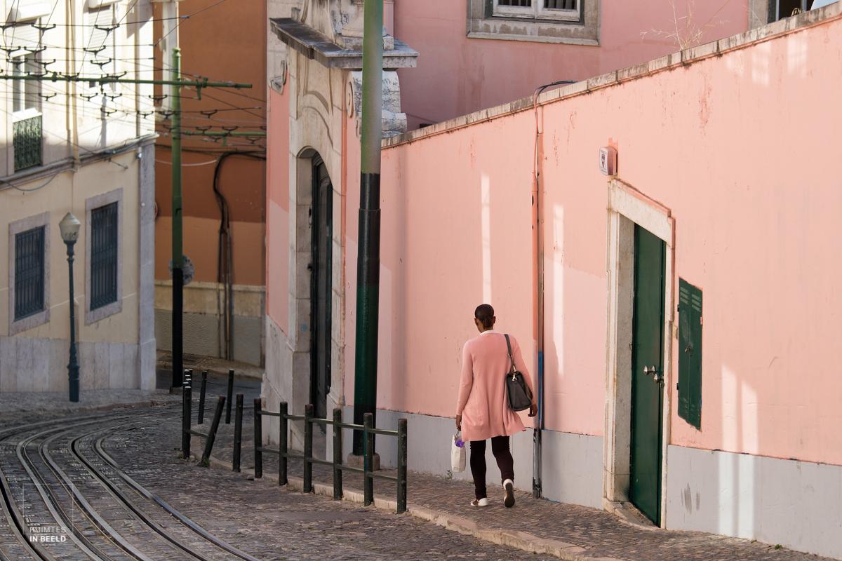 Vrouw in oude straat in Lissabon   Woman in street in Lisbon