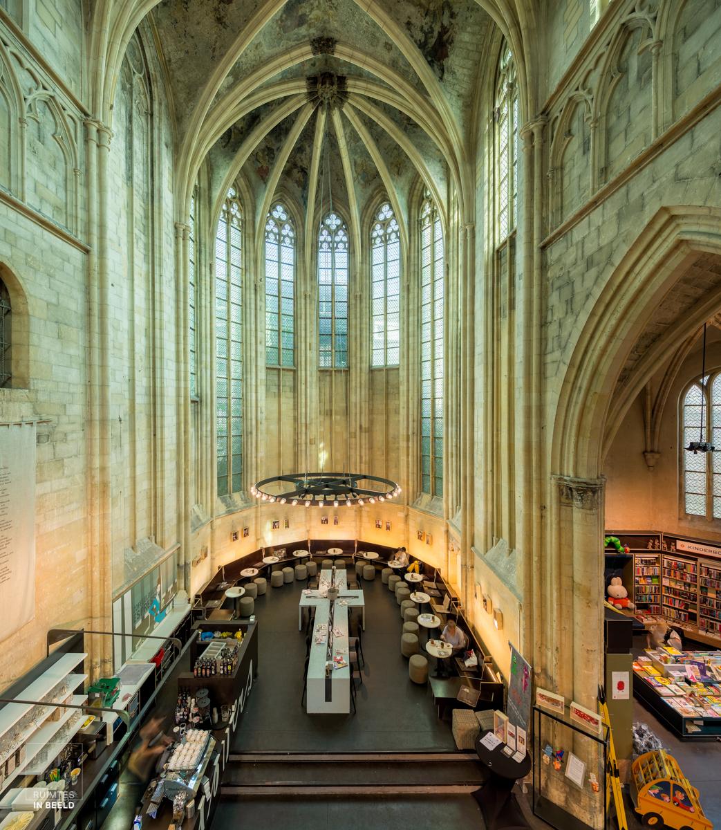 Interieur van de Boekhandel Dominicanen, een van de mooiste boekwinkels ter wereld   One of the most beautiful bookstores in the world, the Dominicanen Bookstore in Maastricht, Netherlands