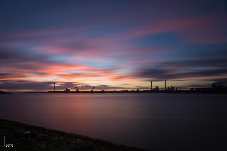 Skyline van Tata Steel in IJmuiden bij zonsondergang | Skyline of Tata Steel in IJmuiden at sunset