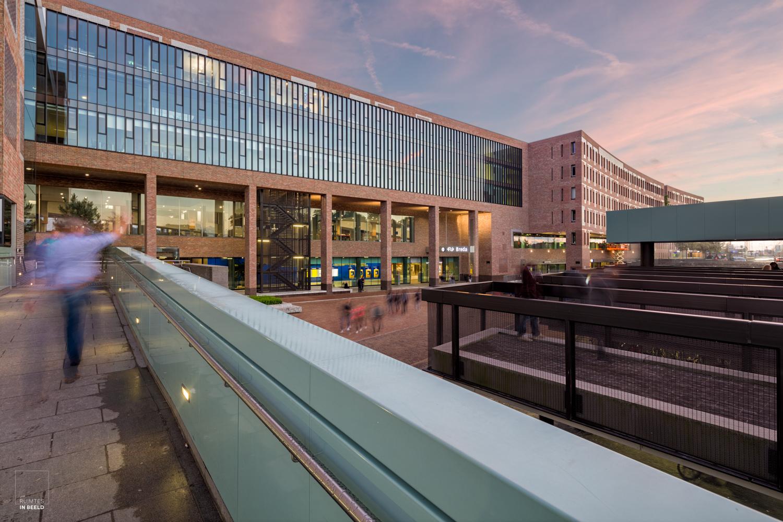 Man zwaait naar reizigers die aankomen op het nieuwe station van Breda   man waves hello to travellers arriving at the new train station of Breda, the Netherlands