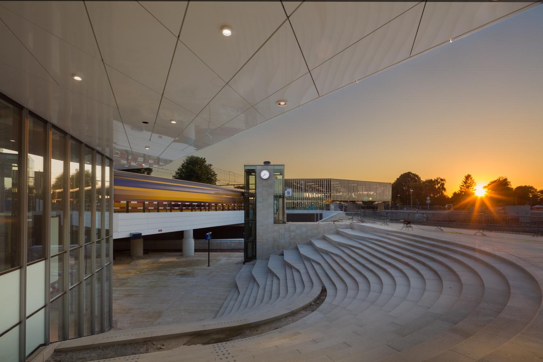 Het nieuwe station van Harderwijk bij zonsondergang   station of Harderwijk, Netherlands, at dusk