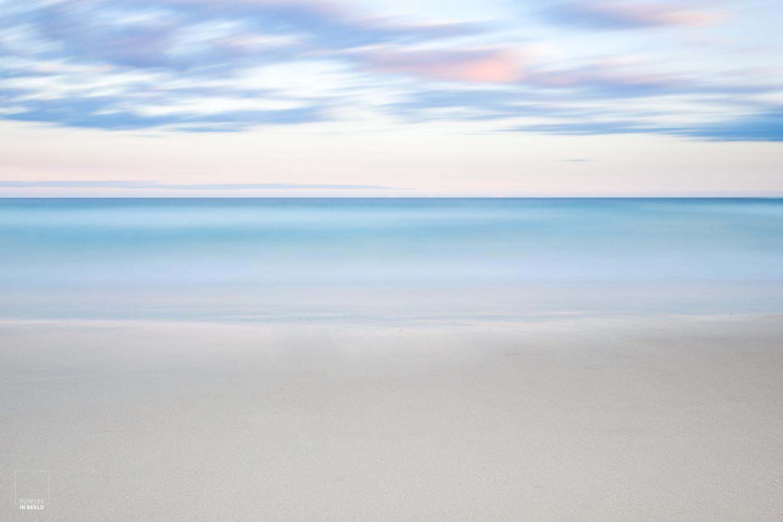 Opname met lange sluitertijd van het strand op Bondi, in Sydney, Australië