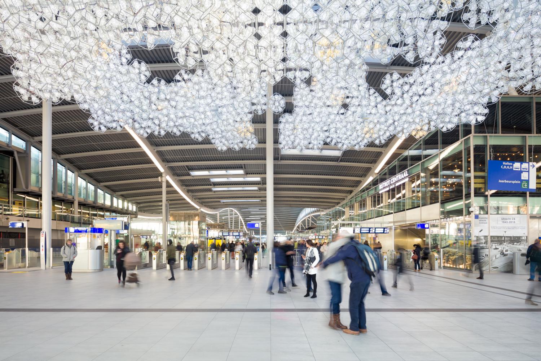 Ontmoeting onder de ontmoetingswolk in het nieuwe station van Utrecht Centraal.