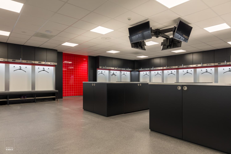 Kleedkamer van de selectie van AZ in het trainingscomplex in Wijdewormer