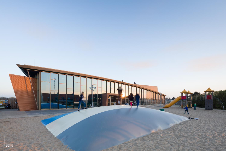 Centraal gebouw van Beach Resort Ooghduyne, ontworpen door  Leeuwenkamp Architecten .