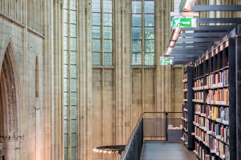 Interieur Boekhandel Dominicanen in Maastricht, gefotografeerd met een telelens