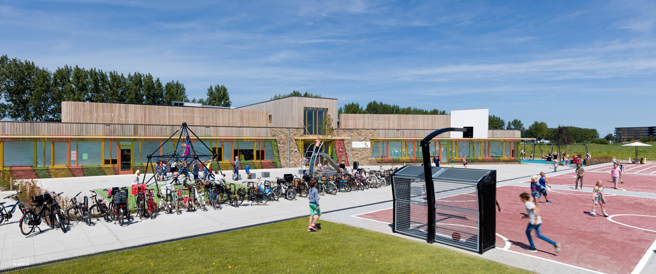Architectuurfotografie van een school die de levendigheid weergeeft door gebruik van kleur, licht en kinderen die aanwezig zijn.