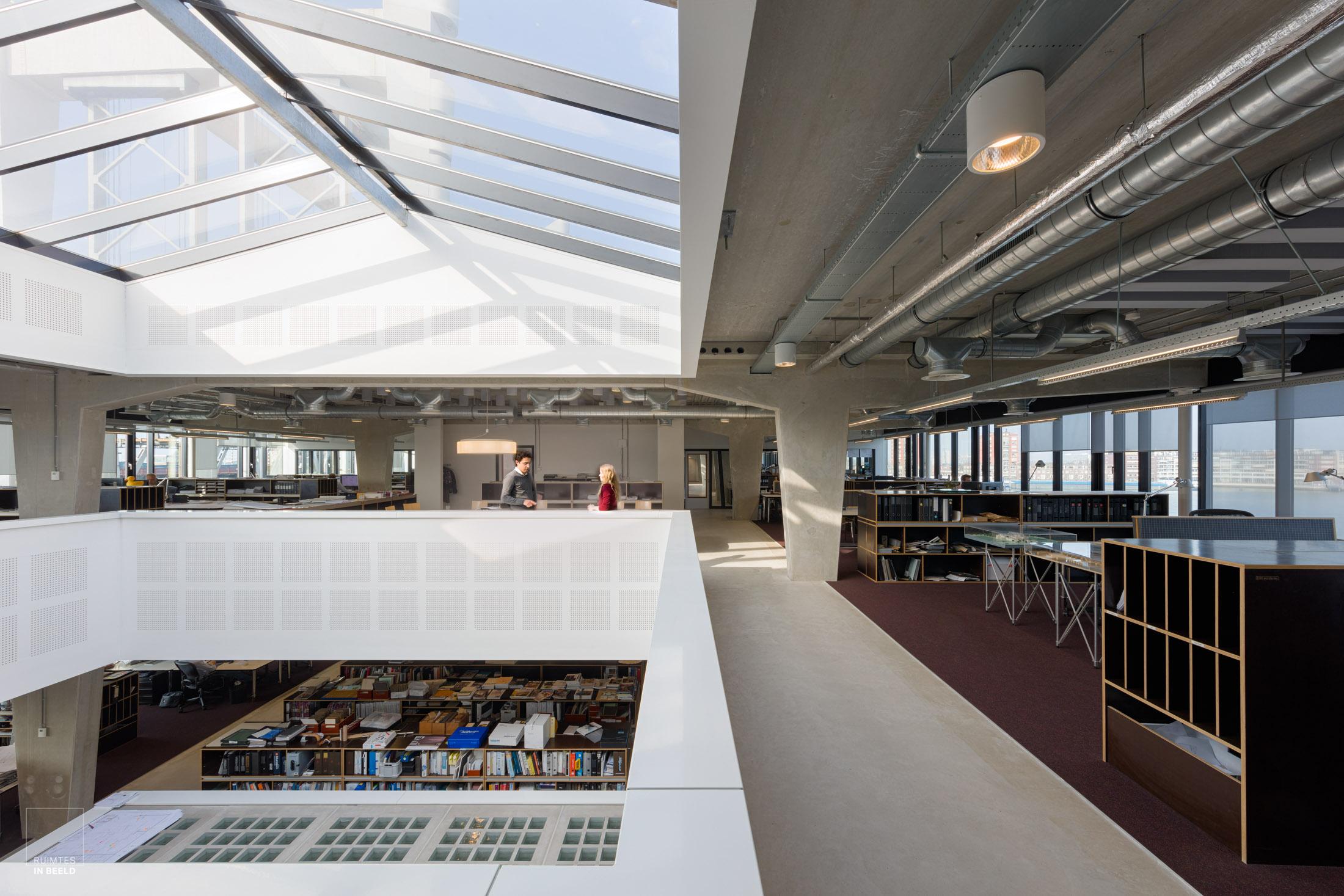 De architectuur van een kantoor fotograferen vergt vaak veel opruimen door de architectuurfotograaf, waarbij ook in het post-productieproces behoorlijk wat rommeligheden worden verwijderd.