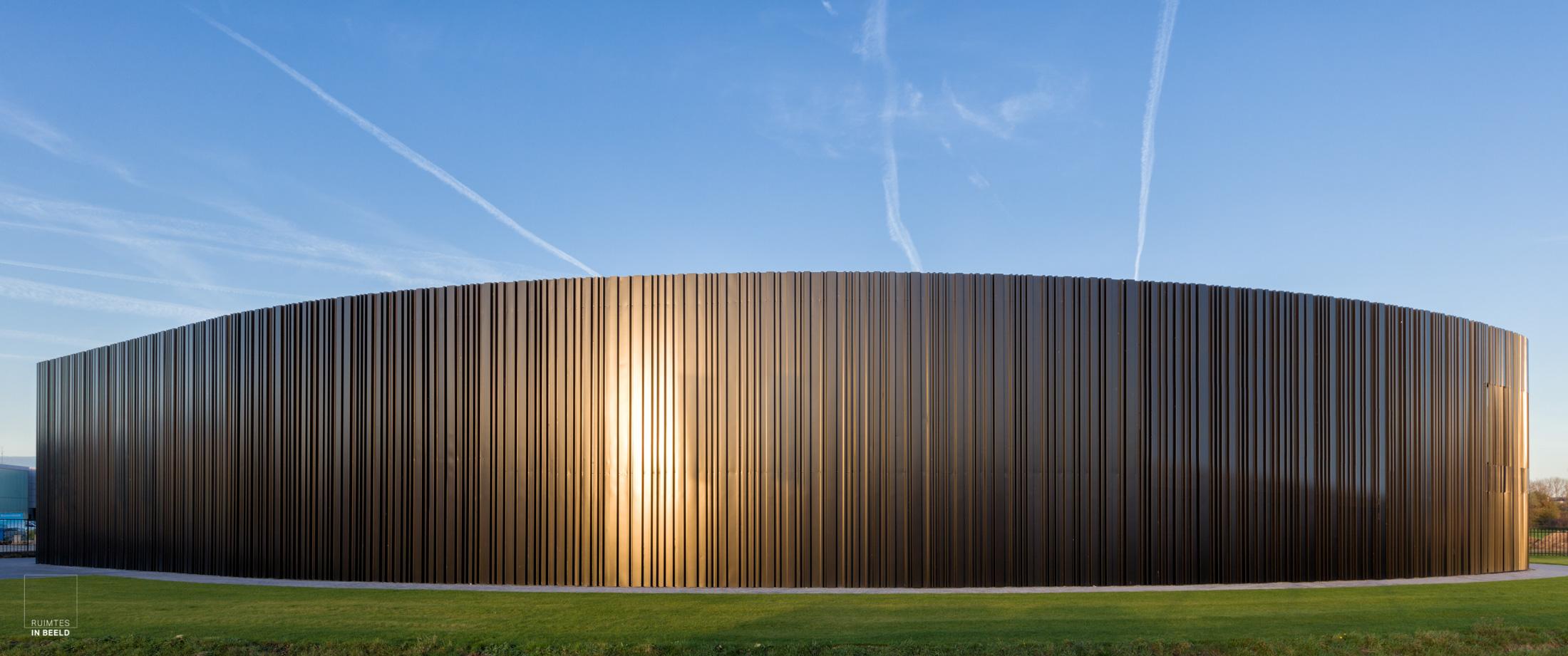 De architectuur van bedrijfsgebouwen is vaak zeer functioneel. Om er toch spectaculaire beelden van te maken, is de architectuurfotograaf mede aangewezen op ideale lichtomstandigheden.