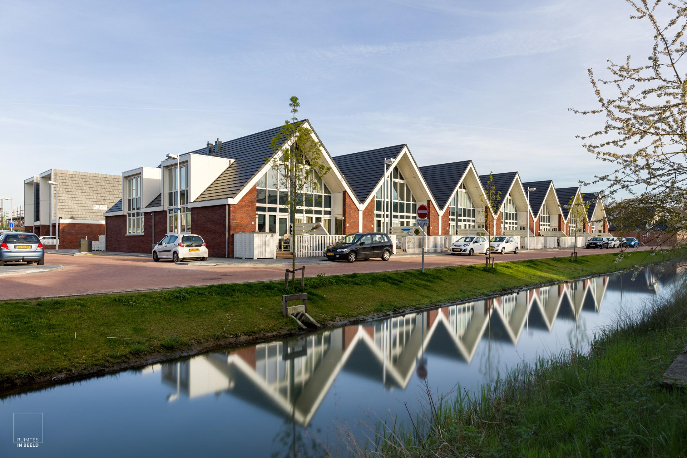 Voor de architectuurfotograaf valt het niet altijd mee om onderscheidende foto's te maken van een woonwijk. De aanwezigheid van water kan erg helpen.