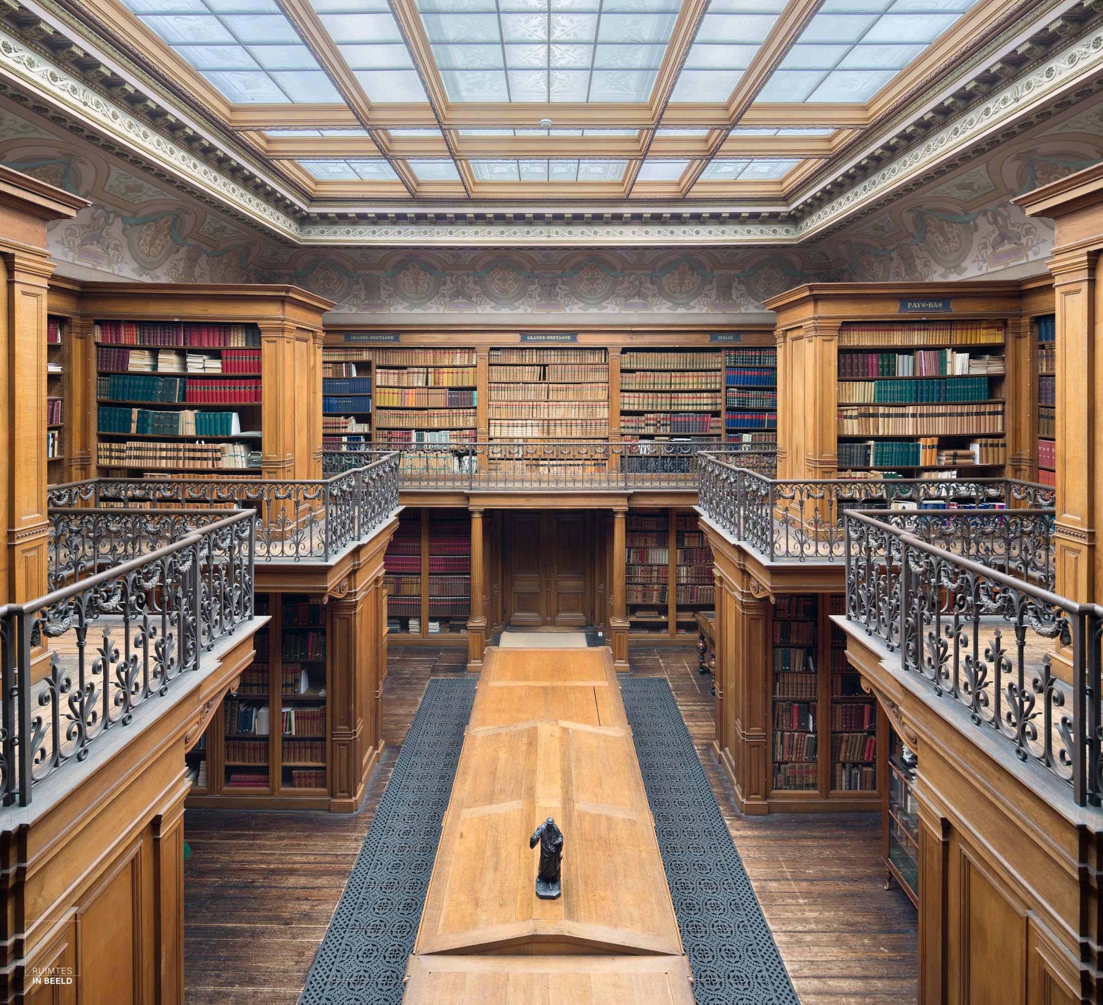 Bibliotheekin het Teylers museum in Haarlem | Library in Teylers museum Haarlem, Netherlands