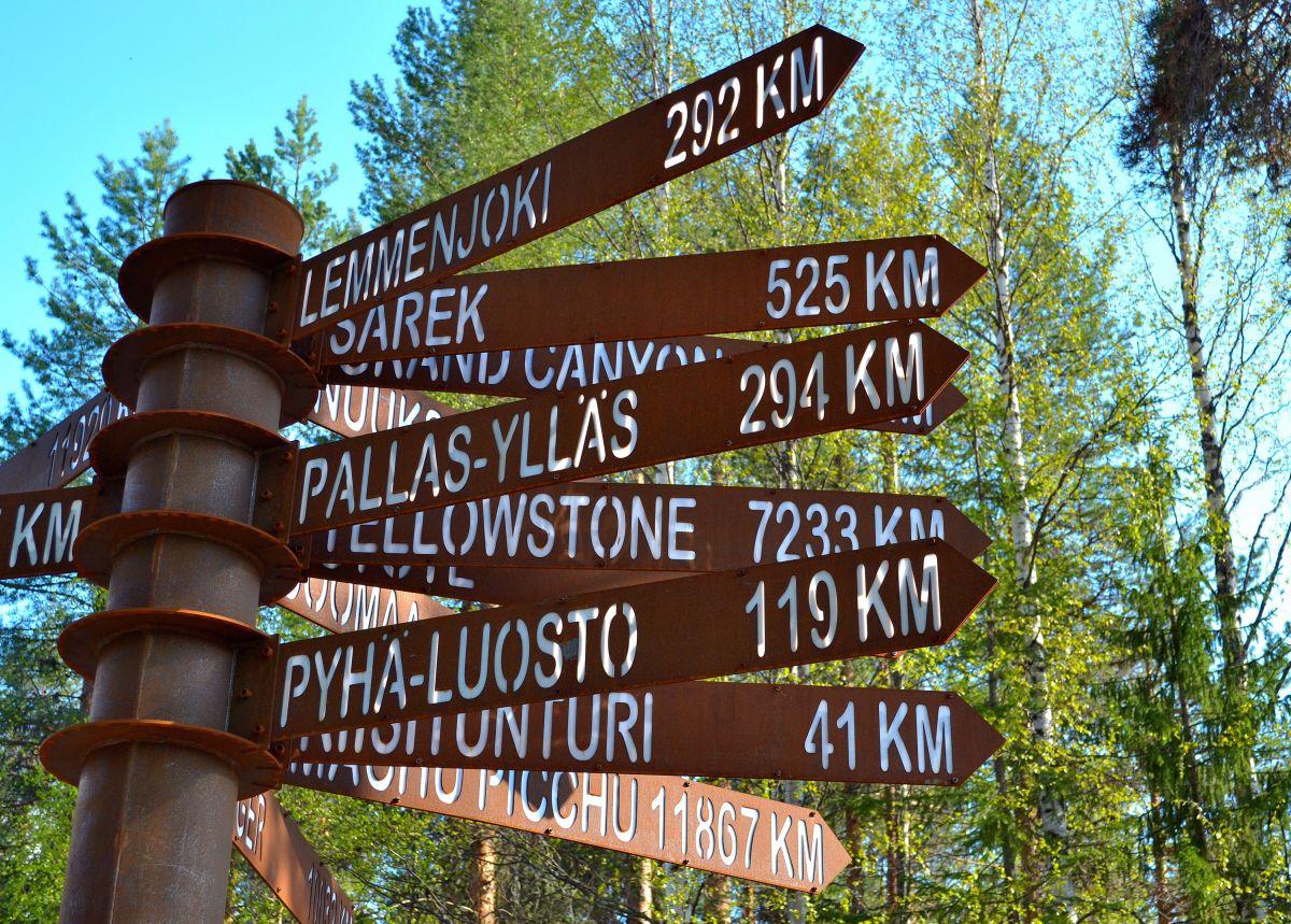 Oulangan tienviitat kertovat jo seuraavat etappini. Yellowstone ja Machu Picchu sitten jollain toisella reissulla.