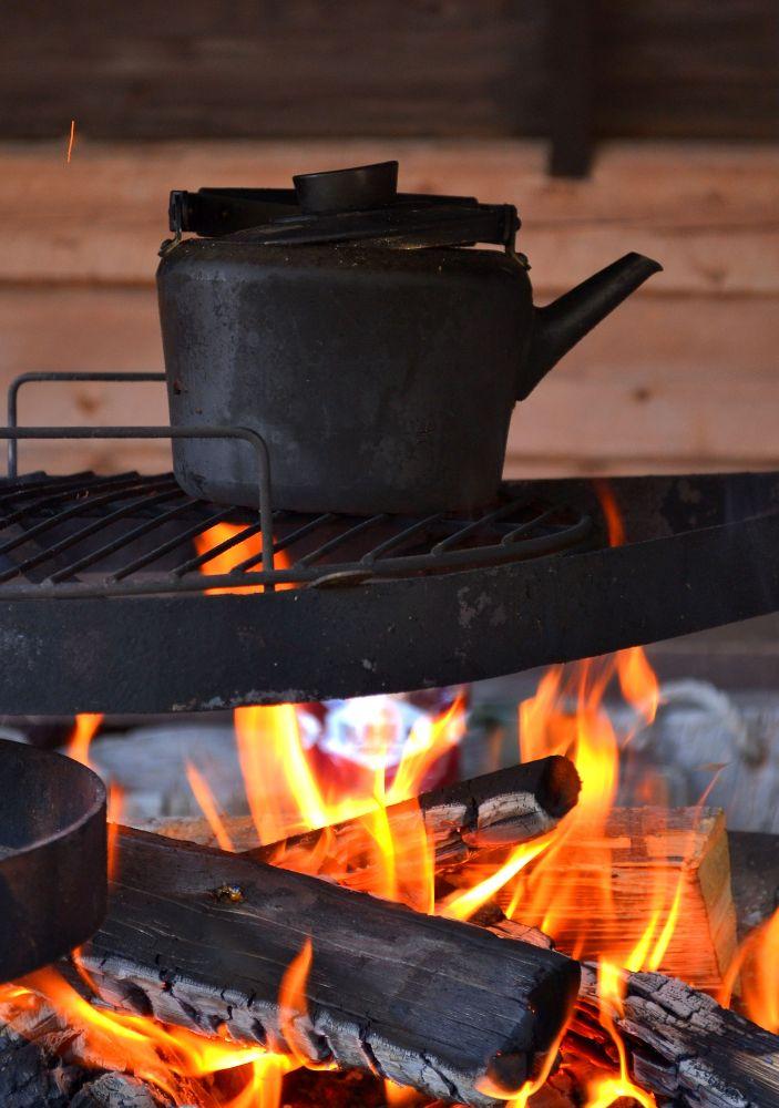 Luontokeskuksessa oli sähkökatkos, joten kahvit keitettiin nuotiolla.