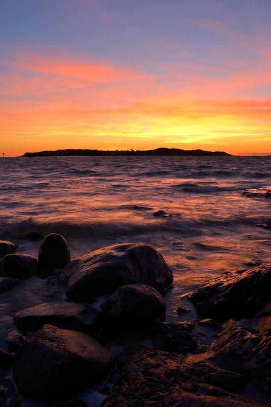 Auringonlasku meren rannalla. Ihanaa.