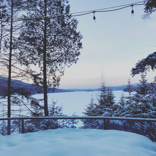 En espérant que le lac soit dégelé avant l'été! 🤞Fingers crossed that the ice melts before summer begins! 🤞 . . . #campouareau #wintercamp #campinwinter #winterwonderland #winterlandscape #paysagehiver #camphiver #enattendantlete #waitingforsummer #frozen #ilfaitfroid #fingerscrossed