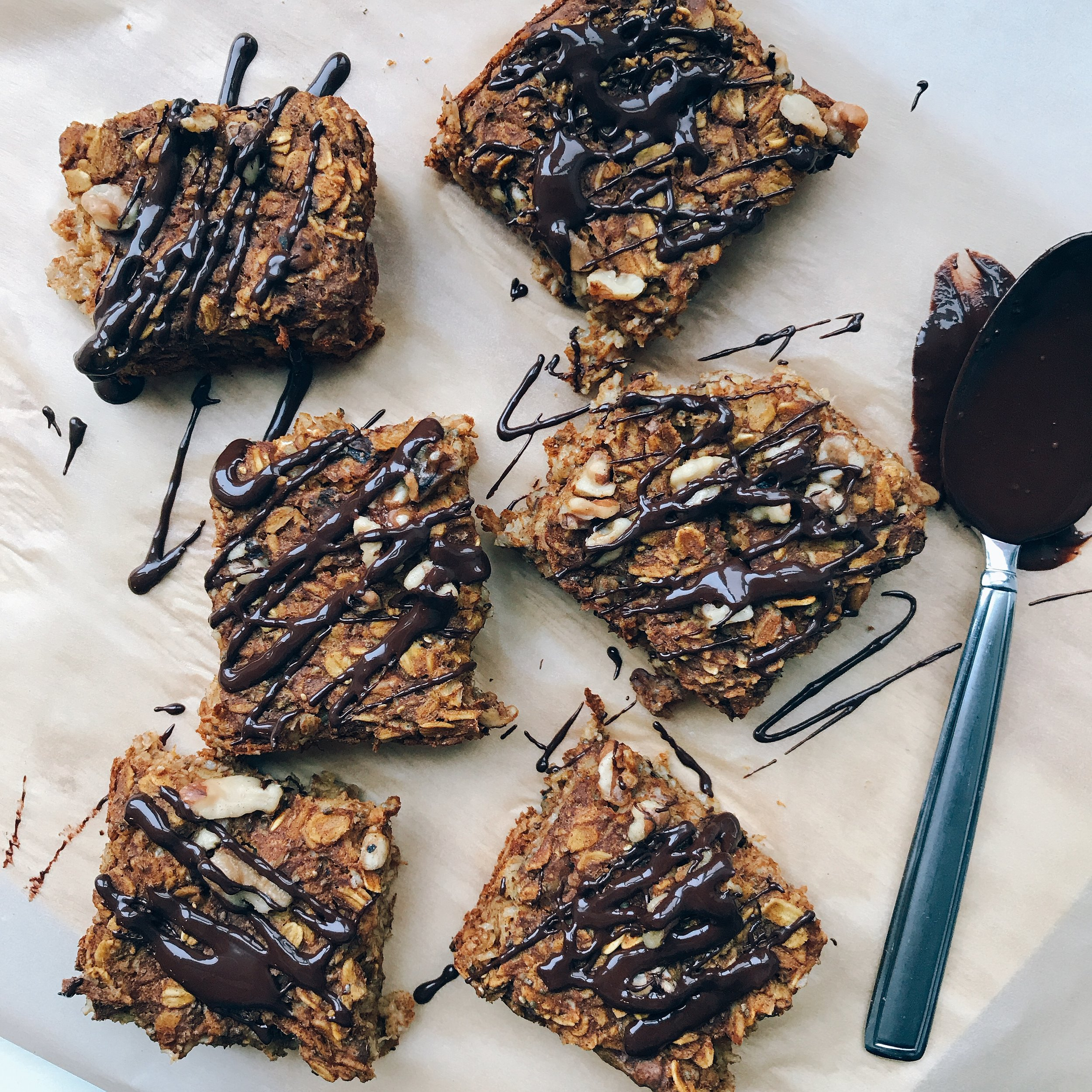 Pumpkin Spice Oat Bars that are full of protein & fiber to keep you energized and full all morning long. Perfect for breakfast, afternoon snack, and even a dessert!