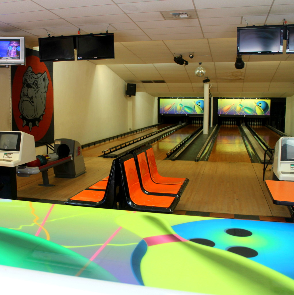 BOWL & EAT PIZZA - Brian's Pizza & BowlingCashmere's small town family fun center consisting of Pizza, 50+ Item Salad Bar, Fro-YO Bar, 4 LANE BOWLING ALLEY, ARCADE, and Ice Cream.Open 7 Days a Week 11am-9pmLunch Special (11am – 2pm Monday – Friday)-Mini Pizza $5.55 ($6 with tax)- $2 OFF a Med or Lg Pizza 1/2 Pepperoni 1/2 cheesehttp://www.briansbulldogpizza.com/photo-gallery.html