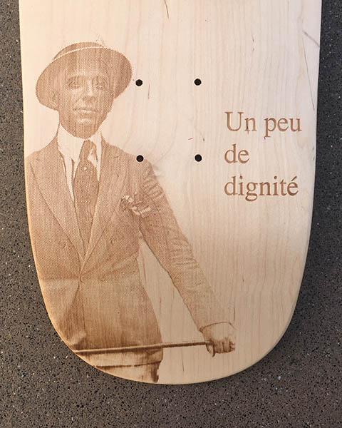 Résultat avec gravure sur bois naturel. Et n'oublions pas de garder un peu de dignité.